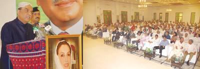 کراچی: صدر آصف علی زرداری وزیراعلیٰ ہاﺅس میں پارٹی کارکنوں سے خطاب کر رہے ہیں
