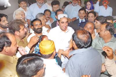 کراچی: چیئرمین پاکستان پیپلز پارٹی بلاول بھٹو وزیراعلیٰ ہاﺅس میں کارکنوں سے ہاتھ ملا رہے ہیں