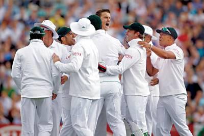 اوول، جنوبی افریقن کرکٹ ٹیم کے کھلاڑی انگلش بیٹسمین کے آﺅٹ ہونے پر خوشی کا اظہار کررہے ہیں