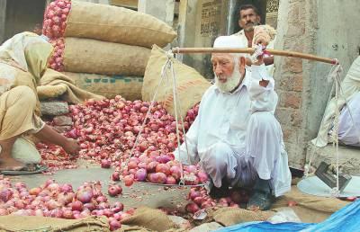ہیں بہت تلخ بندہ مزدور کے اوقات ' بادامی باغ منڈی میں شدید گرمی میں ایک بزرگ دو وقت کی روزی کمانے کیلئے پیاز فروخت کررہا ہے