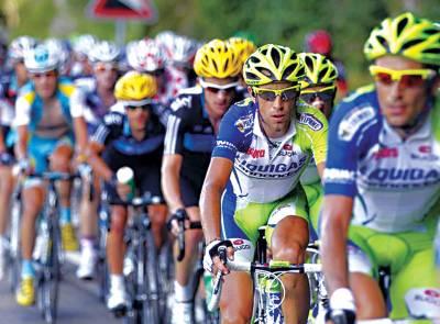 ٹور ڈی فرانس سائیکل ریس کے شرکاءمختلف ممالک کے سائیکلسٹ منزل کی جانب رواں دواں ہیں