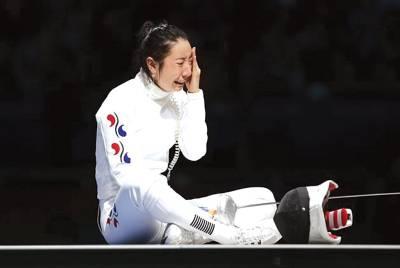 لندن اولمپکس ، تائیوان فنسنگ ٹیم کی کھلاڑی شوئی یالف ایونٹ میں حریف سے شکست کھانے کے بعد رورہی ہے