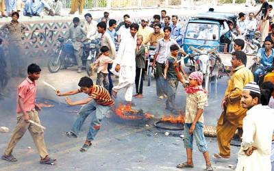 حیدرآباد:شہری بجلی کی طویل بندش کیخلاف مظاہرہ کر رہے ہیں