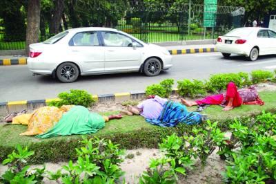 8 کلب روڈ پر دور دراز سے اپنی درخواستیں لے کر آنے والی خواتین سڑک کنارے سخت گرمی میں سو رہی ہیں