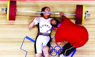 مصری ویٹ لفٹرخلیل ابر75کلوگرام وزن لفٹ کرتے گر پڑی،ریفری اس کے منہ پر پڑا ویٹ اٹھا رہا ہے