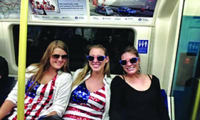 امریکی مداح خواتین شٹل بس میں سوار مقابلے دیکھنے سٹیڈیم آرہی ہیں