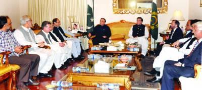 اسلام آباد، صدر آصف علی زرداری اور وزیر اعظم راجہ پرویز اشرف ایوان صدر میں اتحادی جماعتوں کے سربراہوں کے ساتھ ہونیوالے اجلاس کی صدارت کر رہے ہیں
