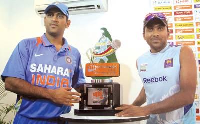 کولمبو، سری لنکا اور بھارت کی کرکٹ ٹیموں کے کپتا ن ٹی ٹونٹی ٹرافی کی رونمائی کررہے ہیں