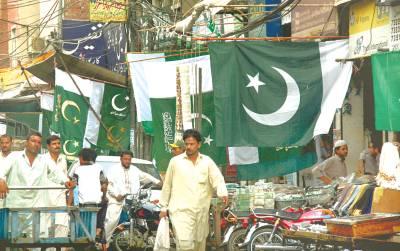 گنپت روڈ پر قومی پرچم فروخت کے لئے آویزاں ہیں: