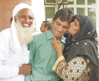 لاہور: بی اے کے امتحان میں پہلی پوزیشن حاصل کرنے والے طالب علم محمد محسن علی کو اس کی والدہ بوسہ دے رہی ہے جبکہ اس کا والد ساتھ کھڑا ہے
