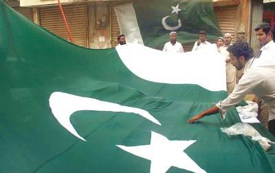 کراچی: 14 اگست کی آمد کے سلسلے میں لوگ قومی پرچم خرید رہے ہیں