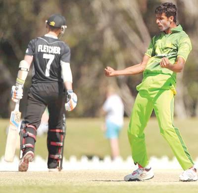 پاکستانی باﺅلر احسان عادل نیوزی لینڈ کے کیم فلیچر کو آﺅٹ کرکے خوشی کا اظہارکررہے ہیں