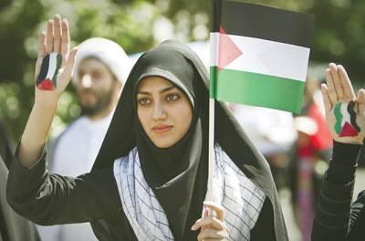 تہران: ایک ایرانی خاتون فلسطینی پرچم اٹھائے اپنی ہاتھ کی ہتھیلی دکھا رہی ہے جس پرفلسطینی پرچم پینٹ کیاہوا ہے