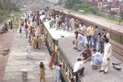 لاہور، لوگ عید منانے اپنے شہروں کو جانے کیلئے ٹرین کی چھت پر سوار ہیں