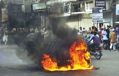 کراچی: صدر کے علاقے زیب النساءسٹریٹ میں ایک کار سے آگ کے شعلے بلند ہورہے ہیں