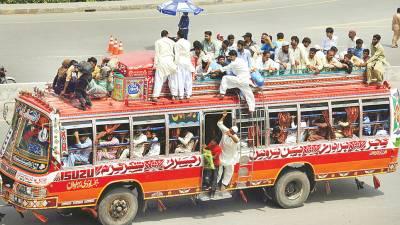 لاہور: پردیسی اپنے آبائی علاقوں میں عید منانے جانے کیلئے بس کی چھت پر سفر کررہے ہیں