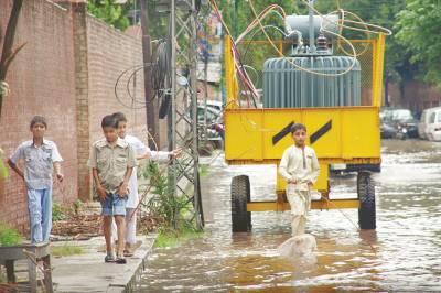 لاہور:کوئنز روڈ پر سٹرک پر رکھا ٹرانفسارمر،بارش میں بچے پاس سے گزر رہے ہیں،یہ لاپرواہی کسی بڑے حادثے کا باعث بن سکتی ہے