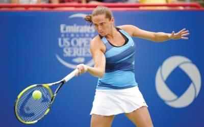 ٹیکساس اوپن ٹینس کے فائنل میں اٹلی کی روبرٹاحریف جیلینا کے خلاف شاٹ کھیل رہی ہیں