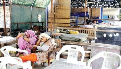 پنجاب بار کونسل کی ہڑتال کے باعث وکلاءچیمبر میں بیٹھی خواتین انتظار کرتے ہوئے تھک کر سو رہی ہیں