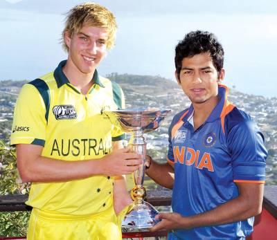 بھارت اور آسٹریلو ی قائدین چان اور ولیم کا انڈر 19کرکٹ ورلڈ کپ ٹرافی کے ساتھ پوز
