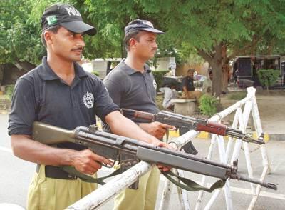 لاہور، دوسری ایشین سکواش چیمپئن شپ کے موقع پر پولیس اہلکار چوکس کھڑے ہیں( فوٹو پاکستان)