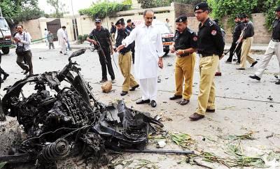 پشاورروڈ پر بم دھماکہ کے نتیجے میں امریکی اہلکاروں کی تباہ ہونے والی گاڑی