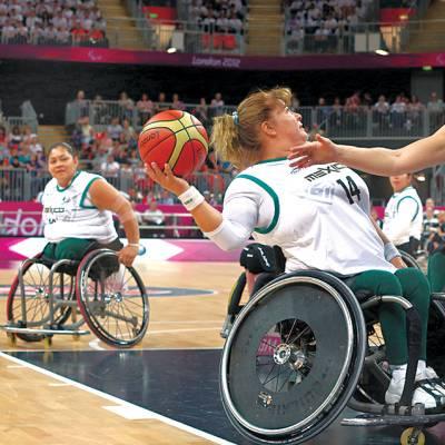 پیرالمپک گیمز،جرمنی کی باسکٹ بال ٹیم کی کھلاڑی گریشی میکسیکو کے خلاف میچ میں بال باسکٹ کرنیکی کوشش کررہی ہے
