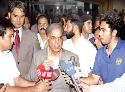 لاہور ، وزیر اعلیٰ شہباز شریف لندن کے نجی دورے سے واپسی پر ائیرپورٹ پر میڈیا سے گفتگو کر رہے ہیں