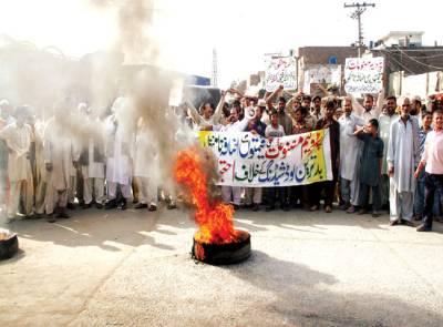 آل پاکستان ٹرک ٹرالہ موٹرز اونرز ایسوسی ایشن کے ارکان ٹائیر جلا کر احتجاج کر رہے ہیں(