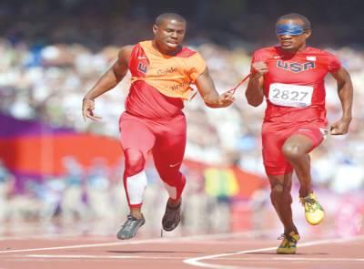 پیرالمپکس گیمز،جمیکا کا اتھلیٹ ہوگرڈ 100 میٹر ریس میں ساتھی کی مدد سے منزل کی جانب رواں دواں ہے