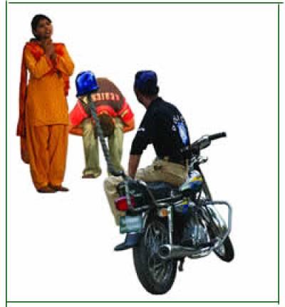 """لاہور میں """"تالیوں، ٹھمکوں"""" کے بل پر شہریوں کو لوٹنے والے محافظ فورس کے اہلکار گرفتا ر"""