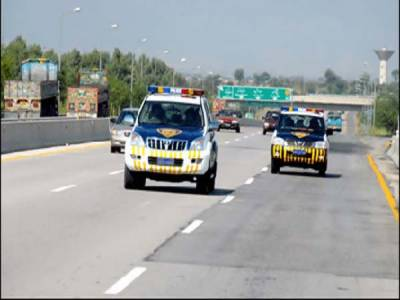 نوشہرہ کے قریب موٹر وے پر گاڑی سے اسلحہ بارود برآمد، دو ملزمان گرفتار