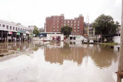 لاہور:گزشتہ روز ہونیوالی بارش کے بعد حج کیمپ کا اندرونی منظر