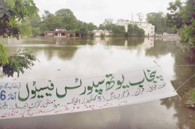 منگل کو ہونےوالی تیز بارش کے اثرات ابھی تک باقی ہیں زیر نظر تصویر میں سمن آباد ٹاﺅن کی ڈونگی گراﺅنڈ میں پانی کھڑاہے (