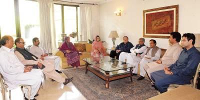 لاہور:مسلم لیگ(ق) کے صدر چودھری شجاعت اور نائب وزیر اعظم پرویزالٰہی سے سابق ایم اینے اے ذوالفقار احمدڈھلوں(مرحوم) کی اہلیہ ' صاحبزادی آمنہ ڈھلوںا ور دیگر ملاقات کر رہے ہیں