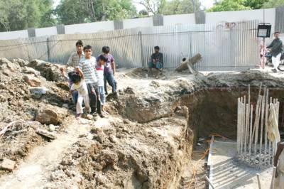 میٹروبس سروس منصوبے کیلئے کھودے گئے گڑھے کے قریب کم عمر بچے موجود ہیں، جو حفاظتی انتظامات نہ ہونے کے باعث کسی حادثے کا شکار ہو سکتے ہیں(
