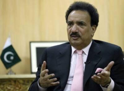 """رحمان ملک """"پوچا"""" لگانے صحافیوں کے کیمپ میں پہنچ گئے"""