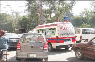 مال روڈ پرایک ایمبولینس ٹریفک میں پھنسی ہے ایسی صورتحال سے کسی مریض کی جان بھی جاسکتی ہے(فوٹوعمرشریف)
