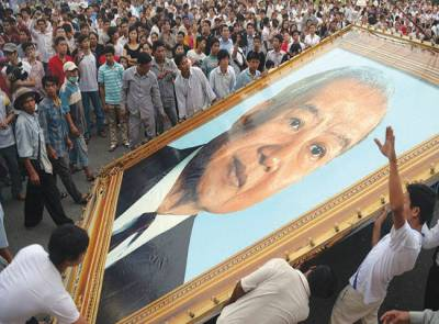 نوم پٹھ:عقیدت مند نورودم سہانوک کی تصویر کو پکڑے ہوئے ہیں' کمبوڈیا کے سابق بادشاہ جنہیں ملک میں ایک محترم شخصیت خیال کیا جاتا ہے 89 سال کی عمر میں انتقال کیا