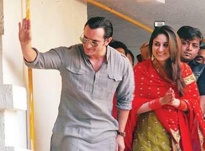 سیف علی خان مداحوں کو دیکھ کر ہاتھ ہلا رہے ہیں، کرینہ ساتھ کھڑی مسکرا رہی ہیں