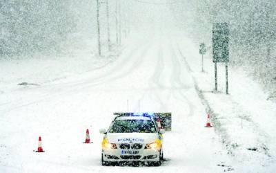 لندن: برف باری میں گاڑی جارہی ہے'یورپ میں شدید برف باری سے معمولات زندگی دشوار ہو گئیں