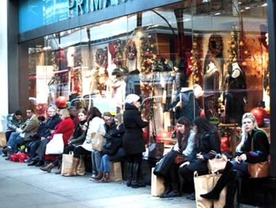 برطانیہ میں کرسمس ڈسکاﺅنٹ دینے والی دکانوں پر رش
