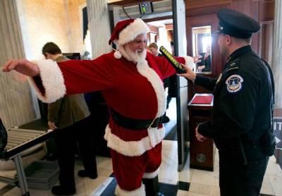 واشنگٹن: پولیس اہلکار سانتاکلاز کا لباس پہنے ایک شخص کو تقریب میں داخلے سے قبل ڈیٹیکٹرکی مددسے چیک کررہے ہیں