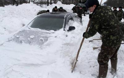 یوکرین: لوگ شدید برف میں پھنسی ہوئی گاڑی کو نکال رہے ہیں