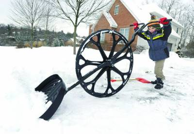 الاسکا: ایک بچہ شدید برفباری میں کھیل رہاہے