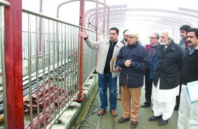 وزیراعلی شہباز شریف میٹرو بس پراجیکٹ کے دورے کے دوران بس سٹشینز پر تعمیراتی کام کا جائزہ لے رہے ہیں