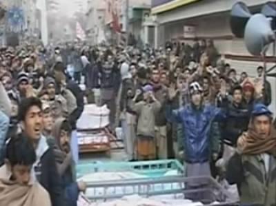 لاشوں کے ساتھ 'زندہ لاشوں' کا دھرنا تیسرے روز بھی جاری ،دنیا بھر میں احتجاج، رئیسانی منظر سے غائب ، گورنر نے استعفیٰ صدر کو پیش کردیا ، زرداری نے سر جوڑ لیا، بلوچستان حکومت کی برطرفی کا امکان