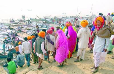 الہ آباد: بھارتی زائرین کومبھ میلے سے قبل دریائے سنگم کے ساحل پر کھڑے ہیں