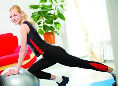 لندن: خاتون گھر میں ورزش کر رہی ہے' خواتین کی اکثریت کمر درد میں مبتلا رہتی ہے'