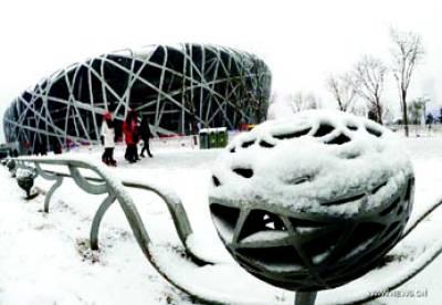 بیجنگ: خواتین برف باری کے موسم سے لطف اندوز ہورہی ہیں